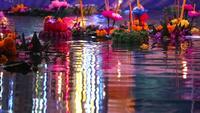 Loy Kratong Festival i floden
