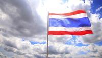 Bandera ondeando contra el cielo y las nubes
