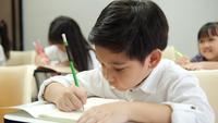 Enfants asiatiques qui étudient en classe à l'école.