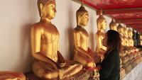 Fille priant pour Bouddha