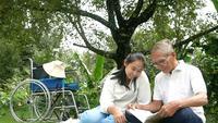 Abuelo discapacitado relajante con nieta