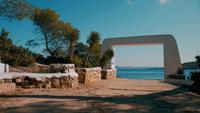 De uitgang van het luxe hotel leidt naar de zee