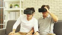 Far och son njöt av virtuella videospel.