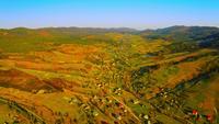 Drohne fliegt über ländlichem Gebiet