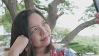 Aziatische vrouw neemt selfie op smartphone