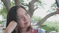 Mujer asiática toma selfie en smartphone