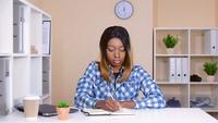 Trabajador alegre en la lista de tareas de escritura de la empresa de inicio