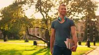 Hombre joven caminando al aire libre en cámara lenta