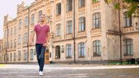 Un chico camina en la ciudad vieja