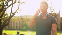 Cara feliz falando ao telefone na rua