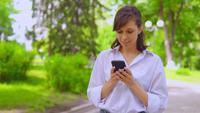 Junge Geschäftsfrau, die ein Buch auf einem Smartphone liest