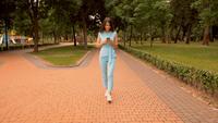 La empresaria con smartphone caminando en zona peatonal