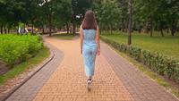 Onherkenbaar zakenvrouw loopt op straat