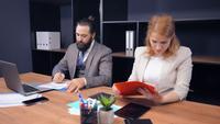 Parceiros de negócios de meia-idade trabalhando juntos