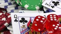 Dados rojos y cartas de póquer