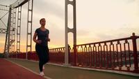 Joggerin läuft auf der Brücke