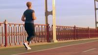 Nicht erkennbares Mädchen, das Cardio im Freien trainiert