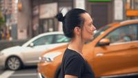 Profil jeune femme se promène en ville