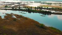 Voo sobre o rio Dnieper, pequenas ilhas abaixo