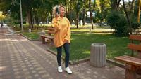 Mixed Race Blonde femelle à l'aide d'écouteurs à l'extérieur