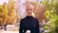 Porträt kaukasische Frau im Herbst