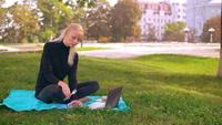 Chica ocupada trabaja y come al aire libre