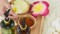 Una mano mezclando miel para un masaje de spa