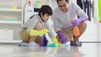 Vader en zoon die het huis schoonmaken