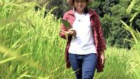 Agricultrice avec tablette à la main.