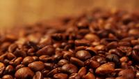 Visão macro de grãos de café recém-torrados.