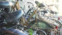 En övergiven cykel som täckas i spindelnät