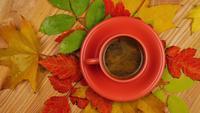 Herbstlaub mit Kaffee