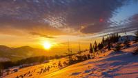 Amanecer sobre la montaña de invierno