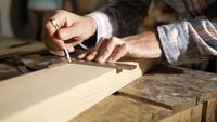Carpinteiro medindo com um quadrado