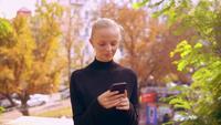 Retrato de mujer caucásica con móvil